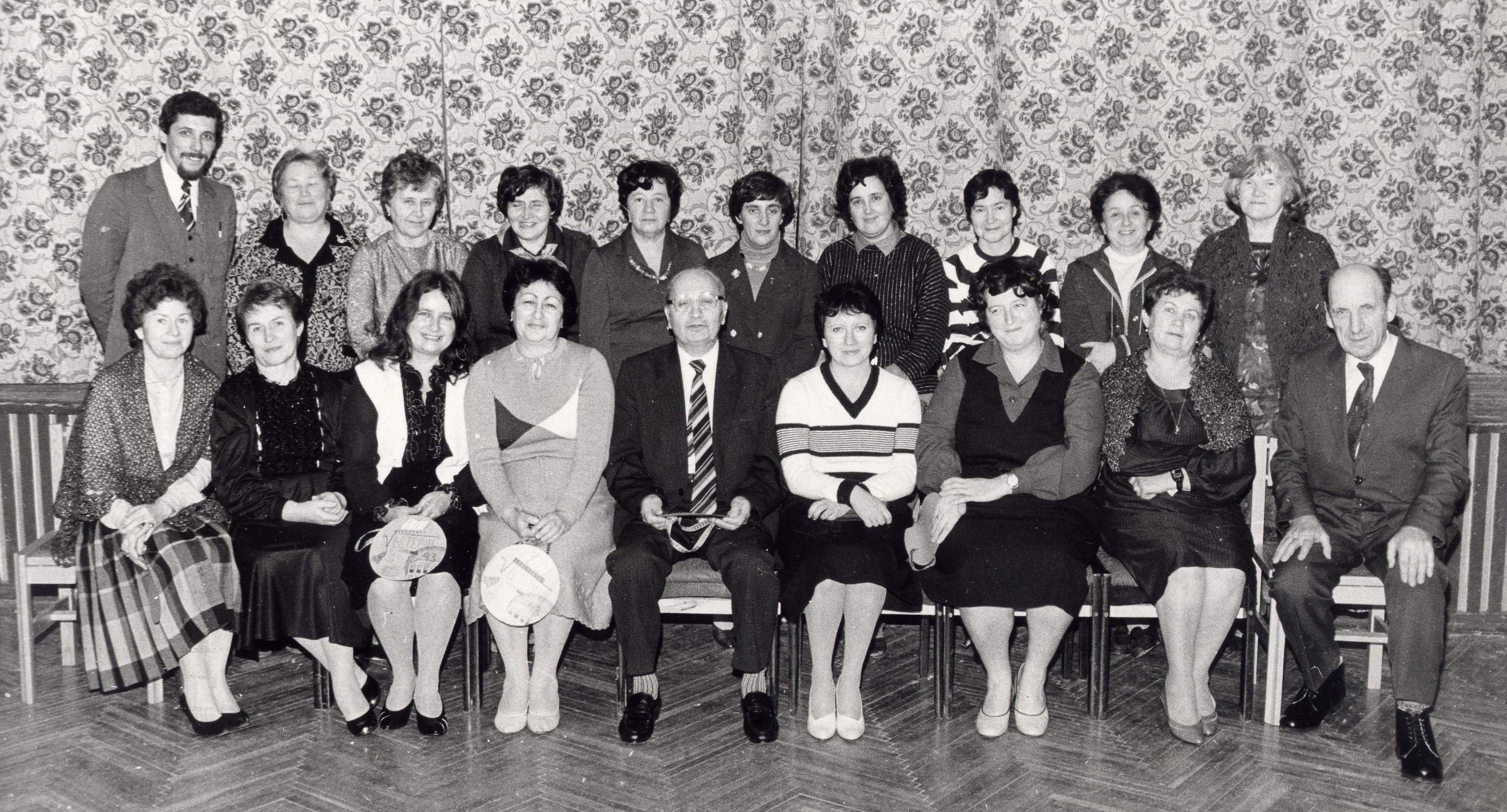 http://www.1543.ru/teachers/photo/gruppa/teach_1985_2.JPG